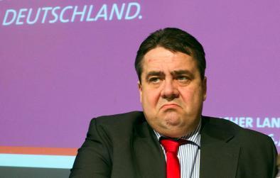 Der SPD-Bundesvorsitzende Sigmar Gabriel sitzt am 17.03.2013 auf dem SPD-Landesparteitag in Salem (Mecklenburg-Vorpommern) auf dem Podium. Neben den Neuwahlen des Landesvorstands bereiten die 95 Delegierten bei dem zweitägigen Treffen die Bundestagswahl vor. Foto: Jens Büttner/dpa (Qualitäts-Wiederholung) +++(c) dpa - Bildfunk+++
